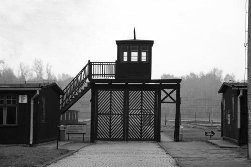 Český spolek přátel Izraele Hlavní-brána-ve-Stutthofu Bývalý strážný z koncetračního tábora jde v Německu před soud Historie Novinky